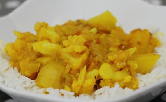 Potato Cauliflower Curry (Aloo Gobi) | HealthySlowCooking.com